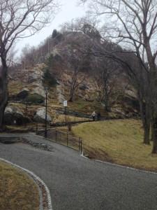 Der Aufstieg zum Akslaerfolgt über Treppen, die in den Felsvorsprung gehauen sind.
