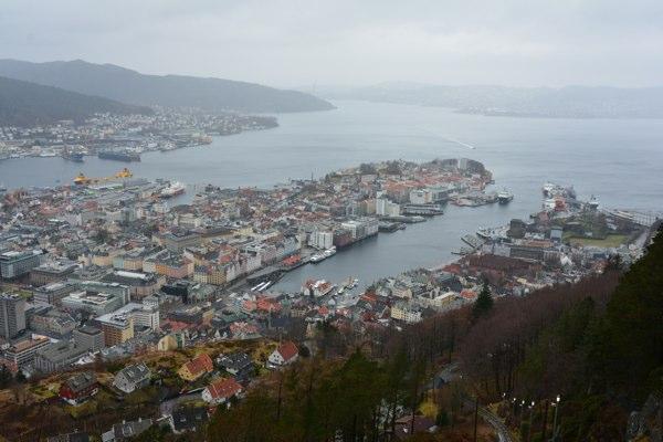 Bergen von oben. Im Hafen: Die Nordkapp.