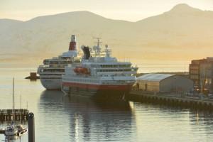 Die Nordkapp neben dem Kreuzfahrtschiff Boudicca im Hafen von Tromsø.