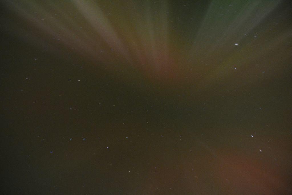 Polarlichter über uns: Eine Corona.  Mitten drin: Der Große Wagen.