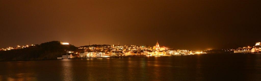 Kristiansund bei Nacht und (Hoch)Nebel.