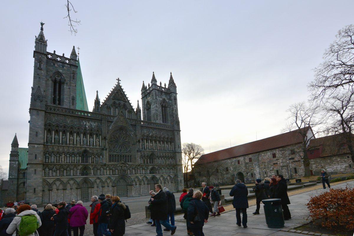 Der Nidaros-Dom und die ersten Touristen