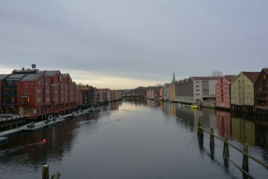 Blick auf alte Speicherhäuser ind Trondheim von der Brücke über die Nidelv.