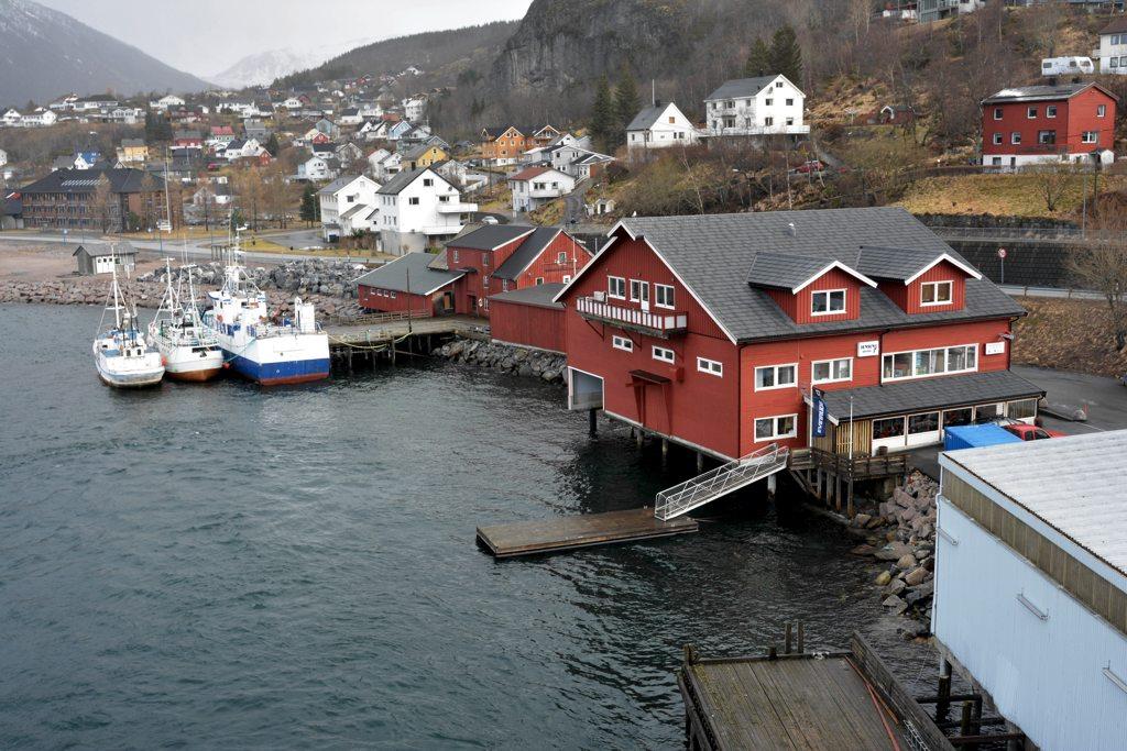 Der Hafen von Ørnes.