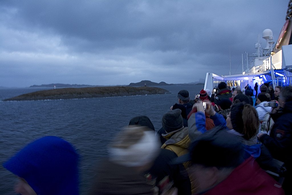 Am Horizont: Die Insel mit dem Polarkreismonument. Auf Deck 7 war's eng, Deck 5 dürfte frei gewesen sein...