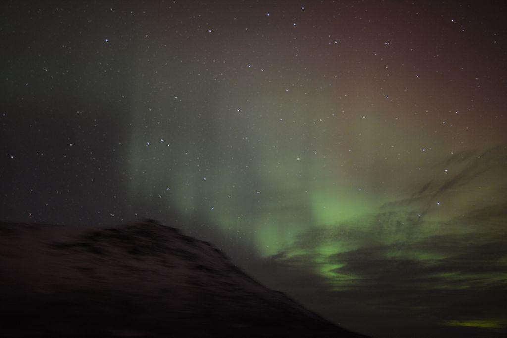 Kurz nach Tromsø: Das erste Polarlicht als Vorhang aus Licht.