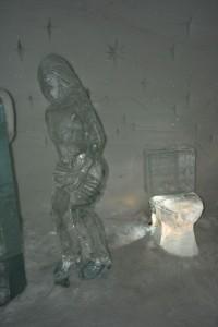 """Das """"WC"""" im Schneehotel – eine von vielen Skulpturen."""