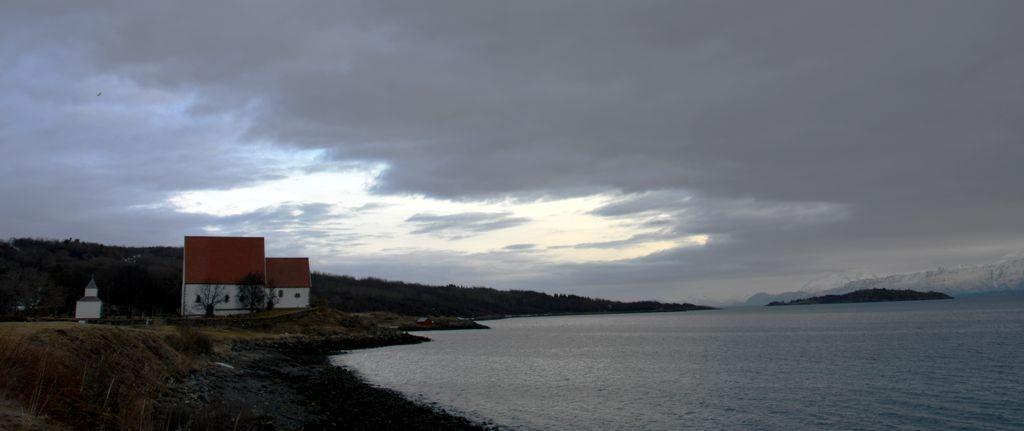 Vermittelt ein Gefühl von Weite: Die mittelalterliche Trondenes-Kirke bei Harstad.