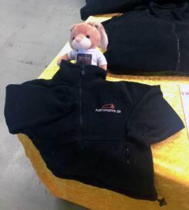 Fast unwiderstehlich: Der kleine Bär von Astronomie, der es sich zwischen Sweatshirts und Polohemden bequem gemacht hat.