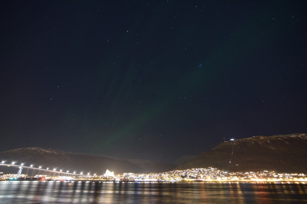 Polarlicht über dem Hafen von Tromsø – 23.11.2014, 21:48, 15 Sek. @400 ISO mit f/2,8 und 11mm.