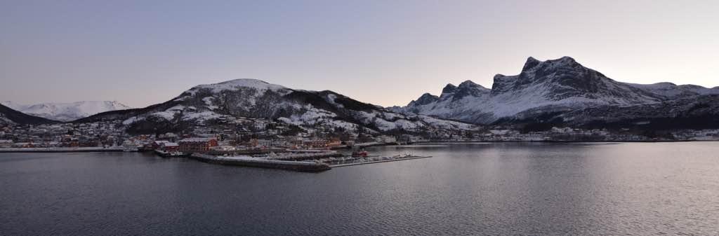Ørnes. Der Berg im Hintergrund erinnert mich an einen liegenden Trollkopf. Ist der seit der letzten Vesterålenreise hierher gewandert?