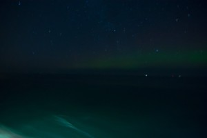 First Light – mit bloßem Auge als Grauschimmer am Horizont.