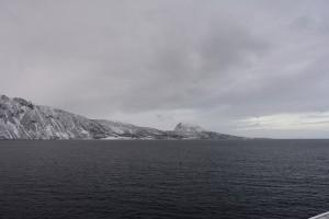 Schneebedeckte Berge vor schneeschwerem Himmel