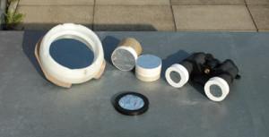 Sonnenfilter aus Glas (links) sowie selbstgebaute aus Astrosolar-Folie