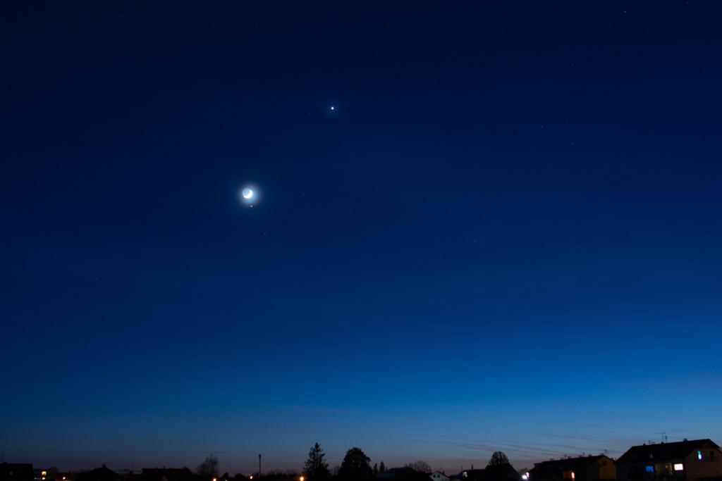 Gedrängel im Goldenen Tor der Ekliptik – um 21:25 mit weniger Wolken.