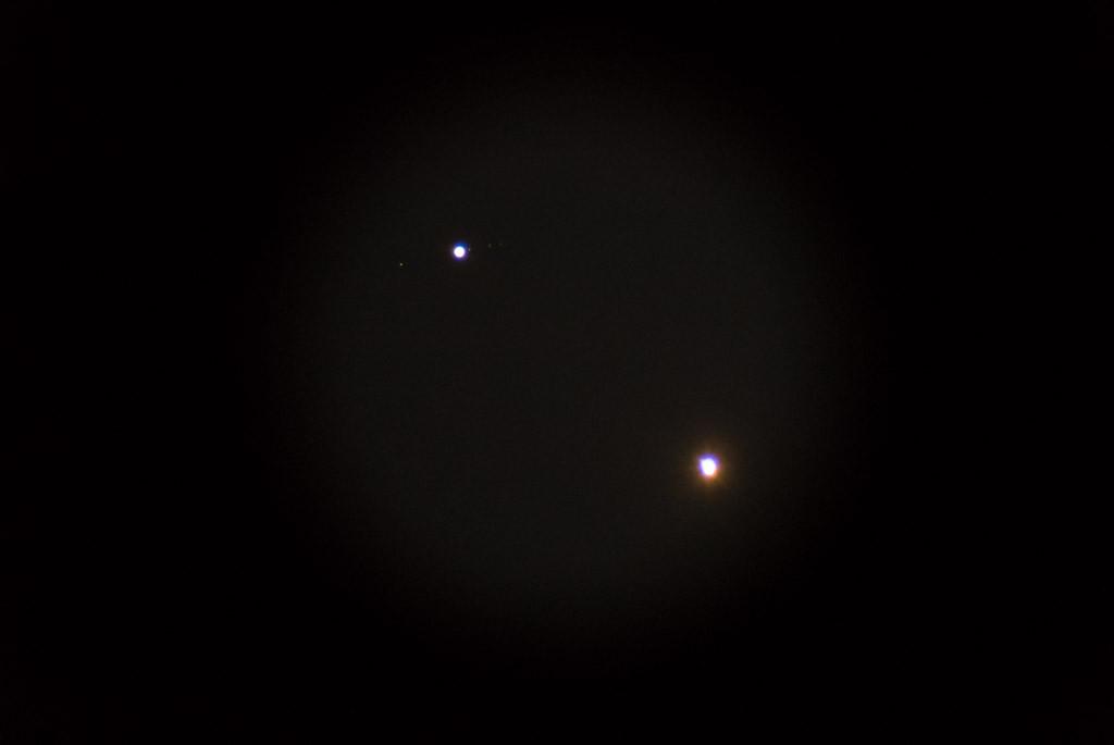 Oben links Jupiter mit Möndchen, unten rechts eine überbelichtete Venus.