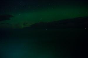 Grauschleier über den Wolken – das erste (kameragrüne) Polarlicht.
