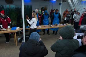 Die örtlichen Fischer erklären, wie man Dorschzungen herausschneidet.