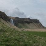 Blick zurück zum Seljalandsfoss samt Parkplatz